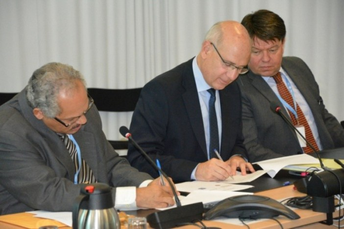 Signing by Tyrone Sutherland (CMO) and Jean-Marc Lacave (France), witnessed by the Secretary-General of WMO, Prof. Petteri Taalas