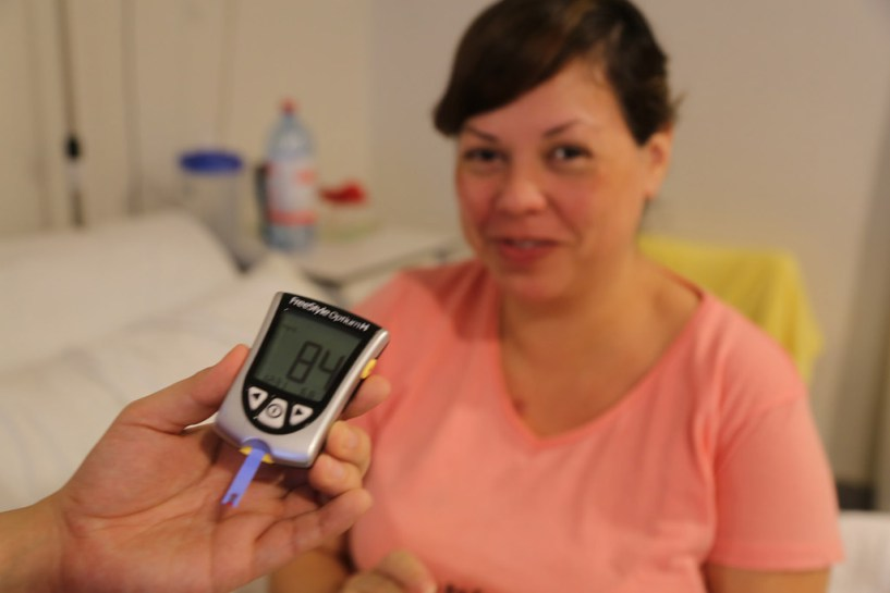Diabetes: a blood glucose test is used to check the level of sugar in the blood of this woman. Photo: WHO/PAHO/Sebastián Oliel