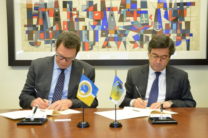 Dr. William Warren Smith, President, CDB (left) and Luis Alberto Moreno, President, IDB, sign an MOU to strengthen their ongoing partnership in addressing the Caribbean's development priorities during a ceremony at IDB's headquarters in W