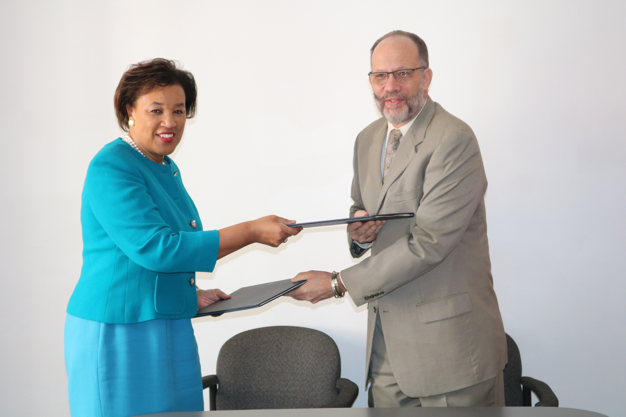 CARICOM SG (r) and Commonwealth SG (l) exchange copies of the MOU