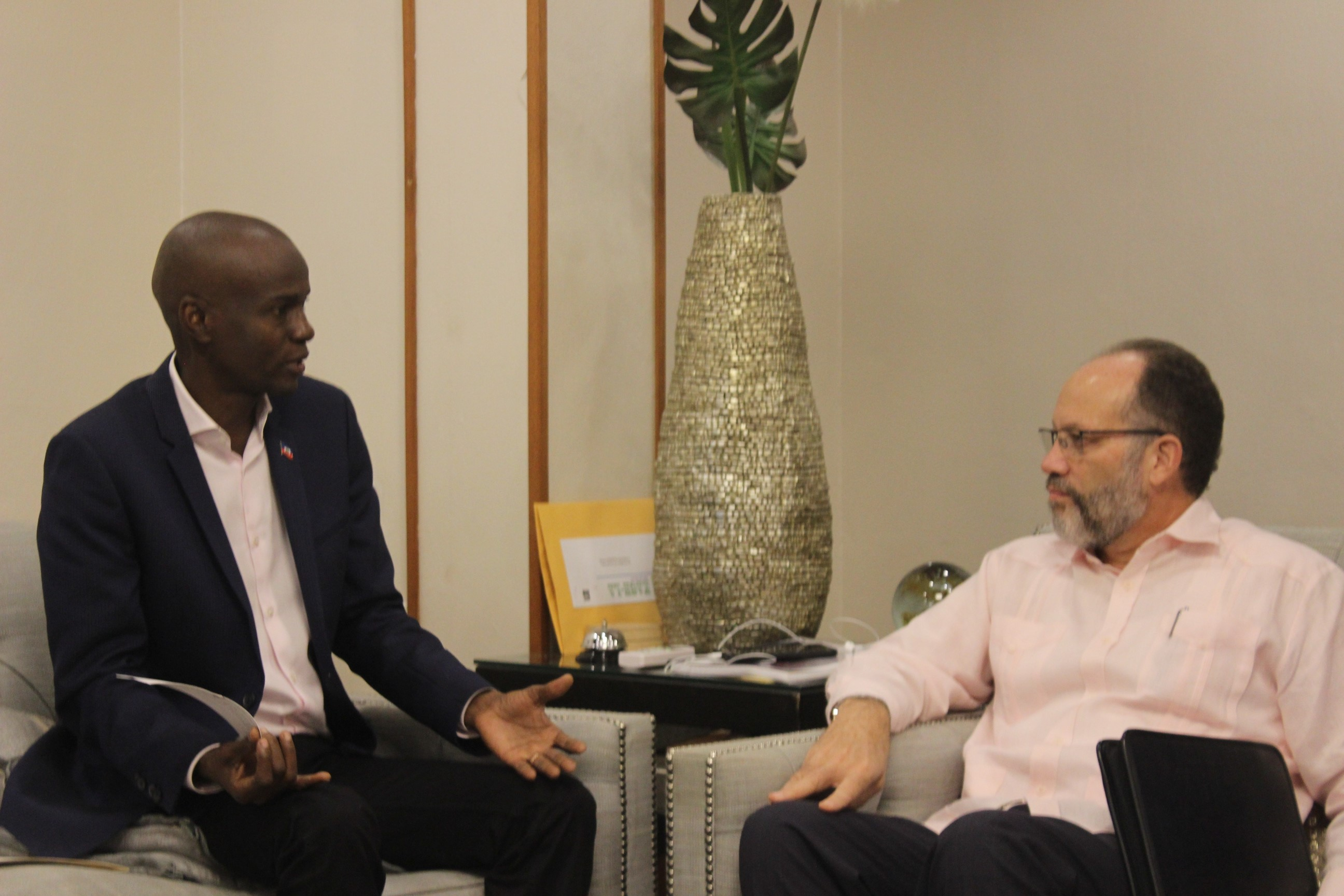 President Jovenel Noise (l) and Secretaray-General Ambassador Irwin LaRocque